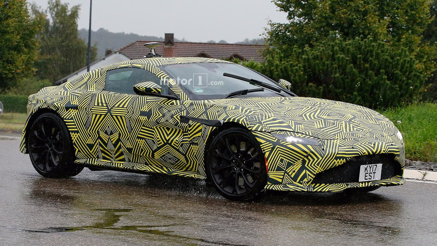 Aston Martin Vantage kameralara poz verdi