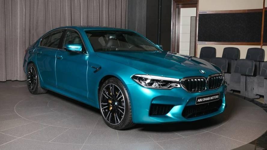 Etkileyici açık mavi renge sahip BMW M5'e bir göz atın