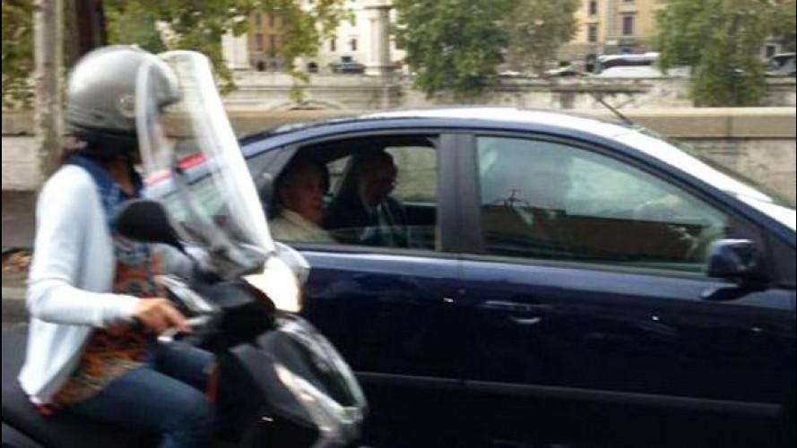 Papa Francesco dice no alle auto di lusso