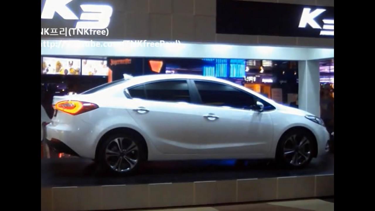 VÍDEO: Novo Kia Cerato 2014 revelado ao vivo em shopping na Coreia do Sul