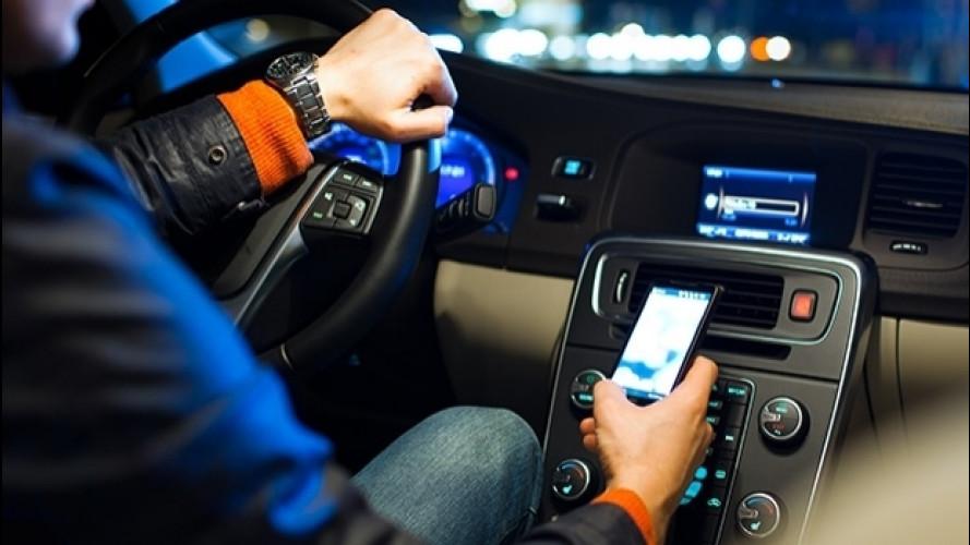 Auto tecnologica e connessa, occhio alla distrazione
