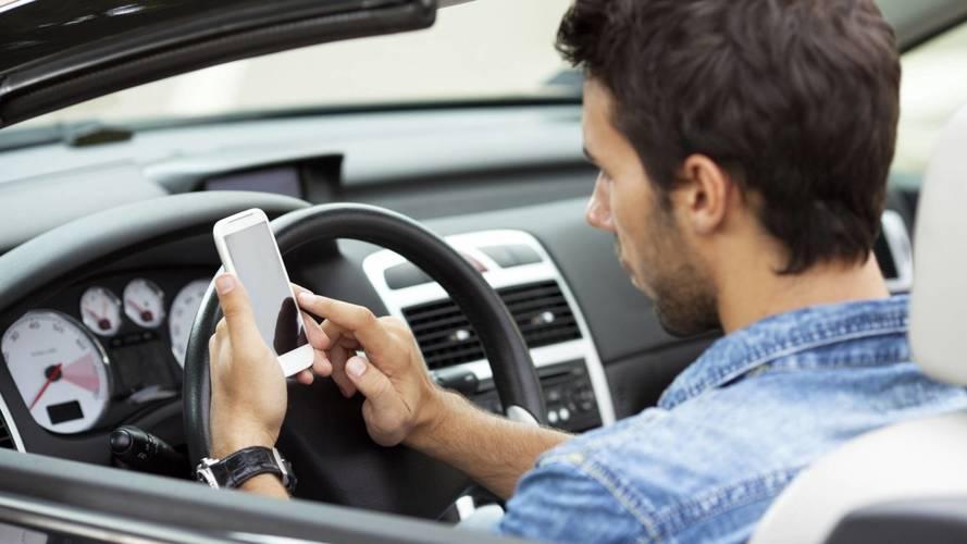 Francia, niente cellulare in auto anche se si è fermi