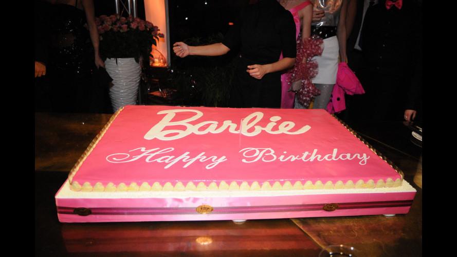 Barbie a Milano con la sua Fiat 500