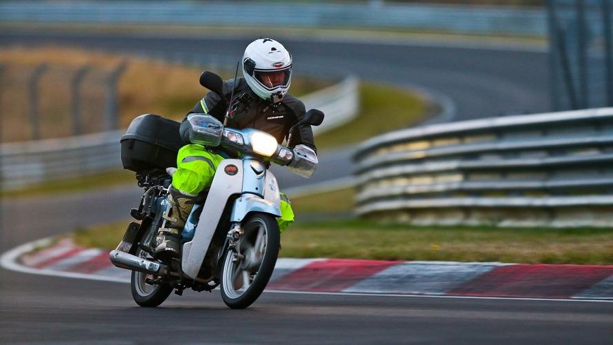 Insolite - Il parcourt 18'000 km en scooter pour rouler sur le Nürburgring !