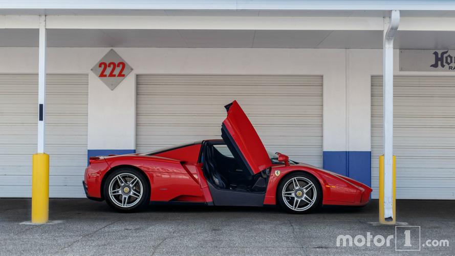 PHOTOS - Une Ferrari Enzo pose pour un shooting improvisé