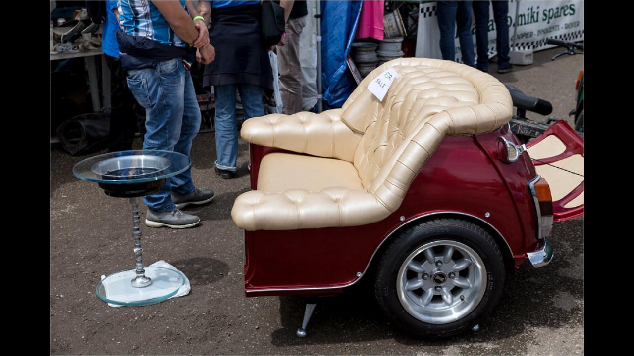 Für die einen ist es sicherlich Frevel, eine Mini-Karosserie derart zu zweckentfremden. Für andere hingegen stellt dieses Sofa ein stilvolles Wohnaccessoire dar.