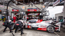 Pit stop and last driver change for #5 Toyota Racing Toyota TS050 Hybrid