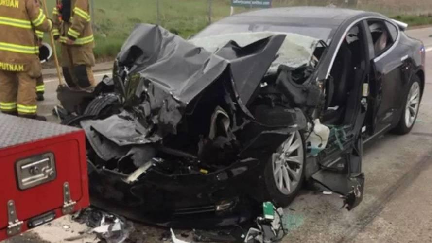Önvezető módban csapódhatott álló tűzoltóautóba egy Tesla Model S az államokban