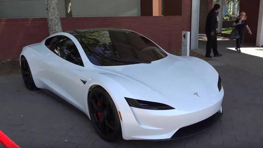VIDÉO - Le Tesla Roadster se pare de blanc