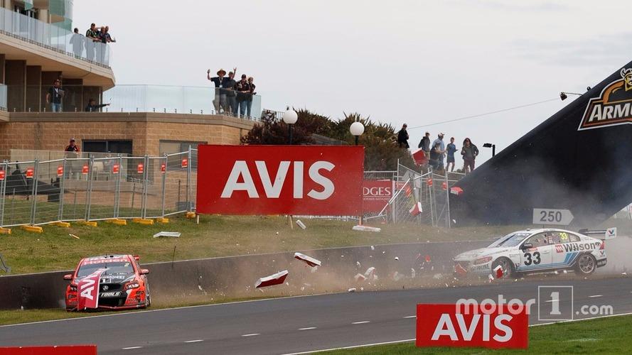 VIDÉO - Clash, crash et vainqueurs surprises aux Bathurst 1000 en Supercars