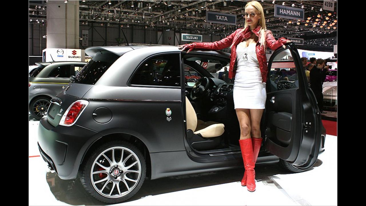 Ah, endlich, wir haben sie schon vermisst: Die rot gestiefelten Fiat-Abarth-Ladies, die auf keiner Messe fehlen dürfen