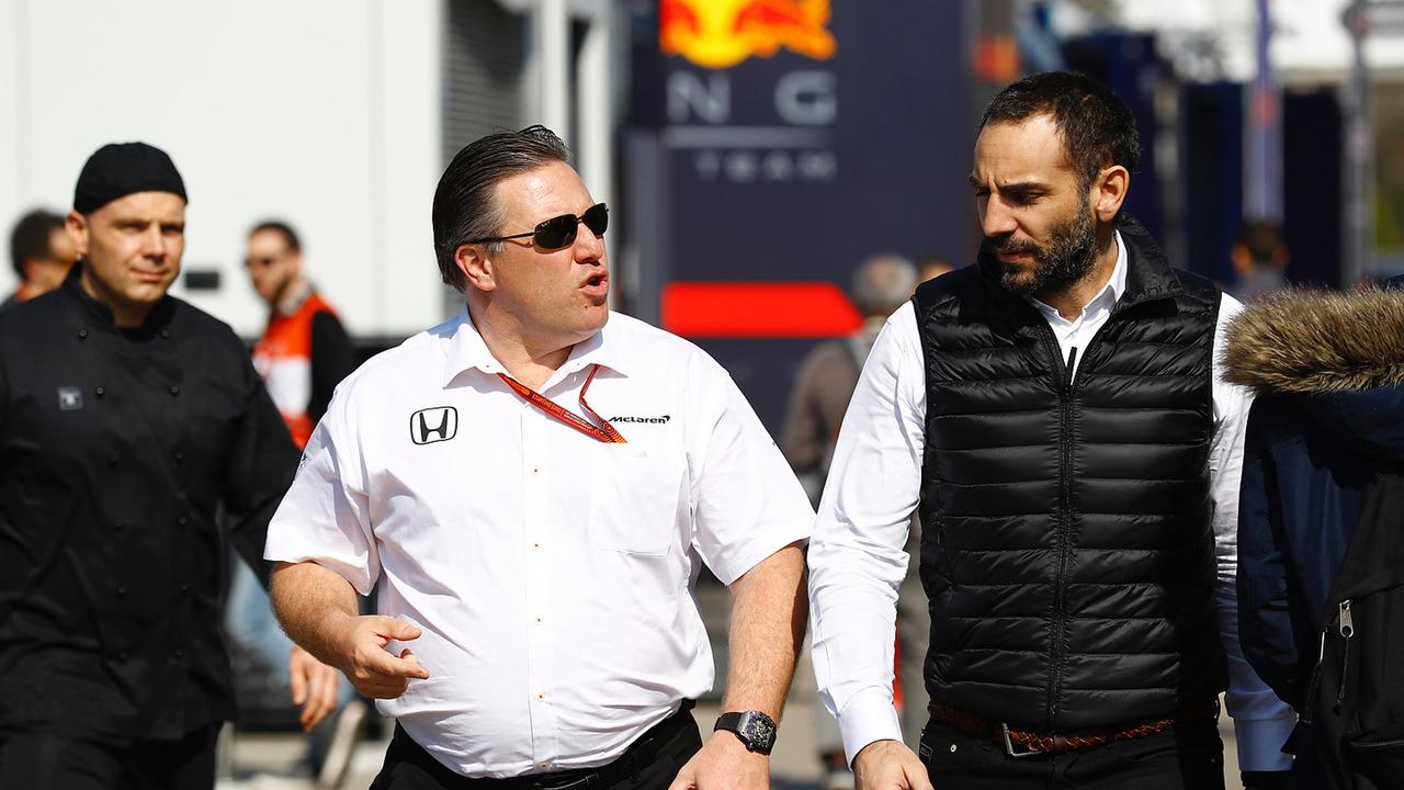 Zak Brown, director ejecutivo de McLaren Technology Group, habla con Cyril Abiteboul, director de Renault Sport F1 Team Sport F1