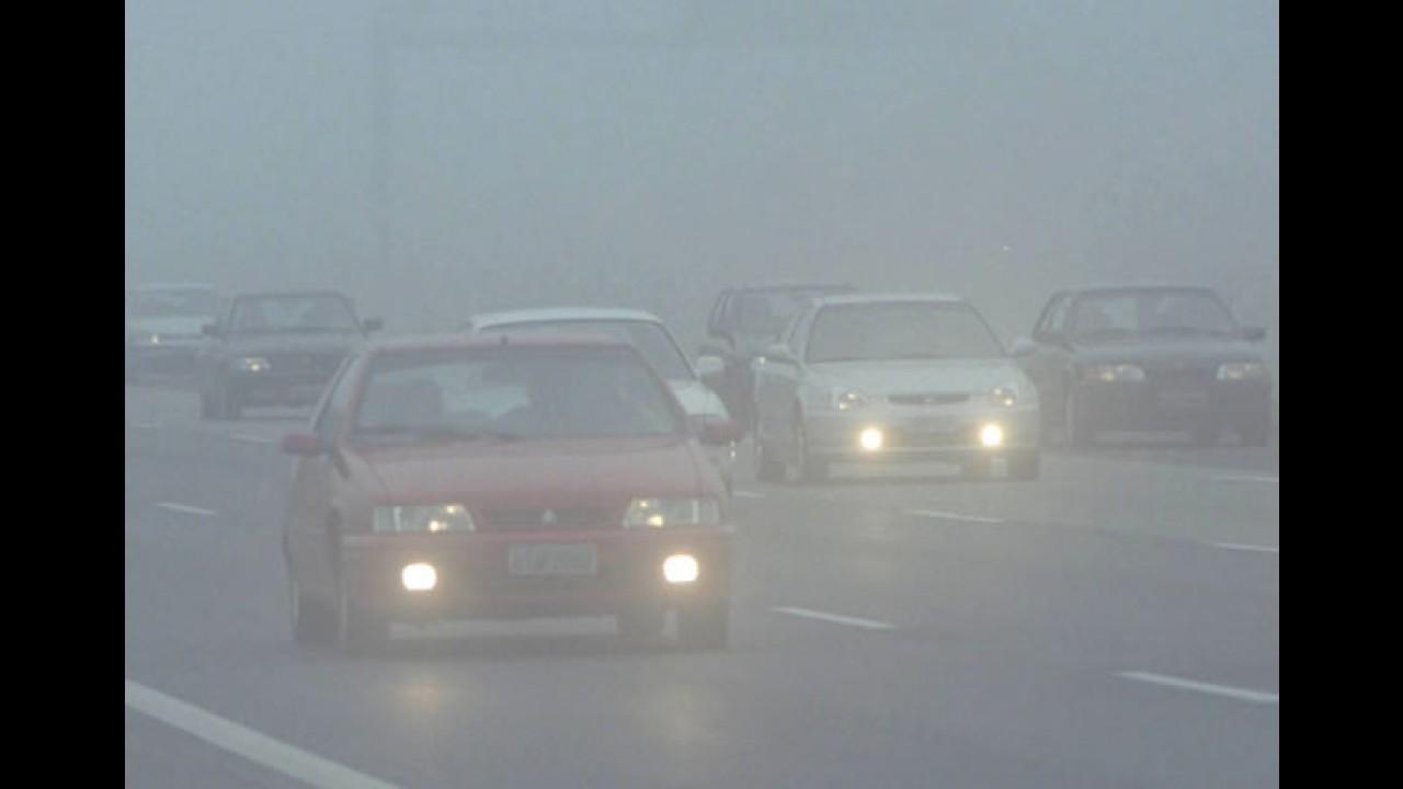 Especialista confirma: nunca utilizar o facho alto durante nevoeiro