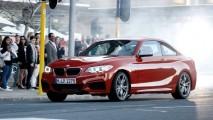 Vídeo: BMW promove show de drift com Série 2 no meio da cidade