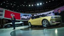 Carlos Ghosn Nissan IDx konseptiyle beraber