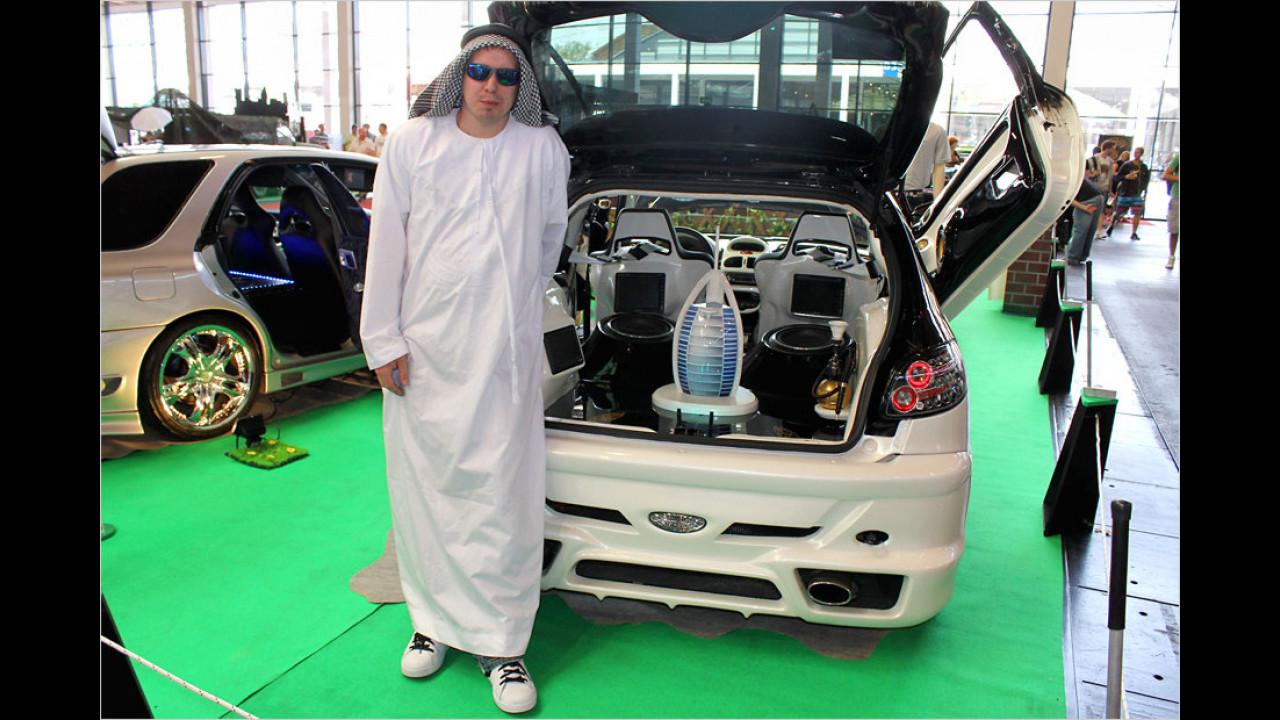 Hier ist noch mal das Scheich-Mobil nebst Eigner und eigenem Burj al Arab-Hotel im Kofferraum